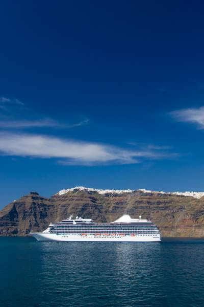 cruise-ship-santorini-travel