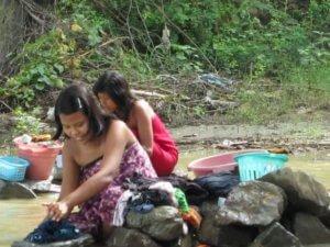 myanmar girls washing
